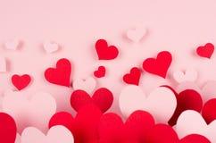 Coeurs rouges et roses de papier avec la perspective de tache floue sur le fond rose mou de couleur Concept de Saint Valentin pou Images libres de droits