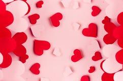 Coeurs rouges et roses de papier avec la perspective de tache floue sur le fond rose mou de couleur Concept de Saint Valentin pou Images stock