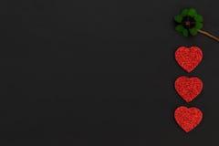 Coeurs rouges et un oxalide petite oseille Images libres de droits