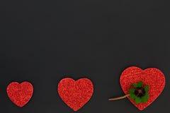 Coeurs rouges et un oxalide petite oseille Images stock