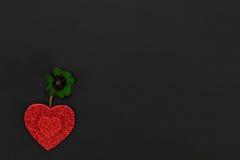 Coeurs rouges et un oxalide petite oseille Photo libre de droits