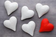 Coeurs rouges le fond gris Fond de jour de Valentine Photo stock