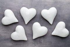 Coeurs rouges le fond gris Fond de jour de Valentine Photo libre de droits