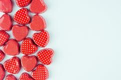 Coeurs rouges lumineux sur le fond de papier en pastel en bon état en tant que frontière décorative avec l'espace de copie Art de photographie stock libre de droits