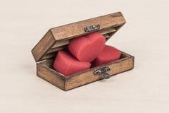 Coeurs rouges mous dans une boîte en bois Photo libre de droits