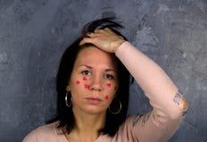 Coeurs rouges pleurants de femme confuse petits Photo stock