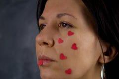 Coeurs rouges pleurants de femme confuse petits Images stock