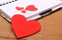 Coeurs rouges pour le jour de valentines sur le calendrier Photographie stock