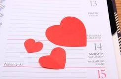 Coeurs rouges pour le jour de valentines sur le calendrier Image libre de droits
