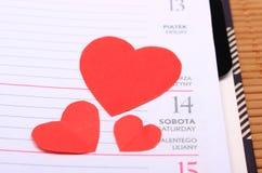 Coeurs rouges pour le jour de valentines sur le calendrier Images stock