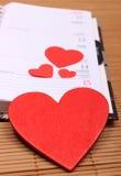Coeurs rouges pour le jour de valentines sur le calendrier Image stock