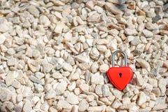 Coeurs rouges principaux sur une petite pierre blanche, les concepts de l'amour et Photographie stock libre de droits