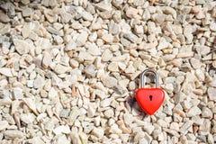 Coeurs rouges principaux sur une petite pierre blanche, les concepts de l'amour et Image libre de droits