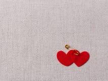Coeurs rouges sentis sur la toile de jute Photo stock