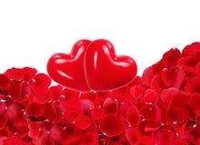 Coeurs rouges sur de beaux pétales de rose rouges Photo libre de droits