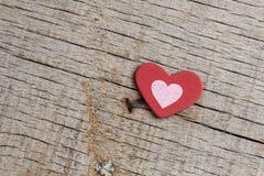 Coeurs rouges sur en bois Photos stock