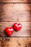 Coeurs rouges sur le bois Photo stock