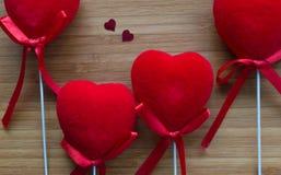 Coeurs rouges sur le bois Images stock
