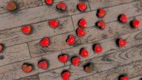 Coeurs rouges sur le bokeh de plancher banque de vidéos