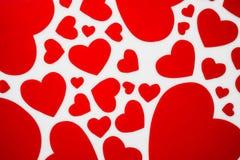 Coeurs rouges sur le concept romantique de fond blanc pour l'amour et le Val image libre de droits