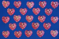 Coeurs rouges sur le fond bleu de cadre, vacances de Valentine de saint image stock
