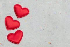 Coeurs rouges sur le fond de papier de vintage Photos stock