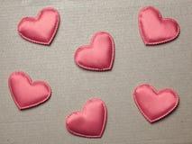 Coeurs rouges sur le fond de papier de vintage Images stock