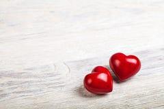 Coeurs rouges sur le fond de valentine de table Image libre de droits
