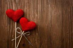 Coeurs rouges sur le fond en bois Images stock