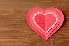 Coeurs rouges sur le fond en bois Photographie stock libre de droits