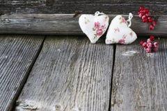 Coeurs rouges sur le fond en bois Image stock
