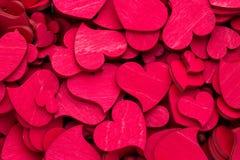 Coeurs rouges sur le fond en bois Photo stock