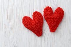 Coeurs rouges sur le fond en bois blanc Images libres de droits