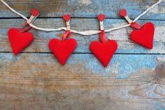 Coeurs rouges sur le fond en bois Carte de voeux de jour de Valentines Vue supérieure avec l'espace de copie Photographie stock libre de droits