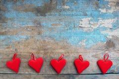 Coeurs rouges sur le fond en bois Carte de voeux de jour de Valentines Vue supérieure avec l'espace de copie Images stock
