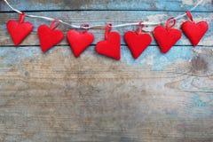 Coeurs rouges sur le fond en bois Carte de voeux de jour de Valentines Vue supérieure avec l'espace de copie Photo stock