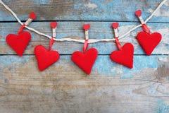 Coeurs rouges sur le fond en bois Carte de voeux de jour de Valentines Vue supérieure avec l'espace de copie Image stock