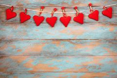 Coeurs rouges sur le fond en bois Carte de voeux de jour de Valentines Vue supérieure avec l'espace de copie Photographie stock