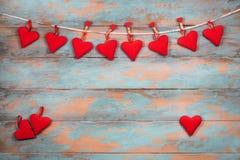 Coeurs rouges sur le fond en bois Carte de voeux de jour de Valentines Vue supérieure avec l'espace de copie Photos stock