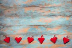Coeurs rouges sur le fond en bois Carte de voeux de jour de Valentines Vue supérieure avec l'espace de copie Photo libre de droits