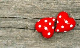 Coeurs rouges sur le fond en bois Concept d'amour Photographie stock