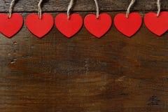 Coeurs rouges sur le fond en bois - concept de Saint Valentin Images libres de droits