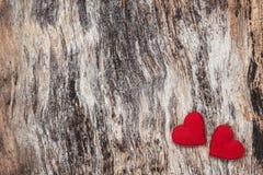 Coeurs rouges sur le fond en bois Concept de Saint Valentin Image libre de droits