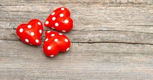 Coeurs rouges sur le fond en bois Décoration de jour de valentines Photographie stock