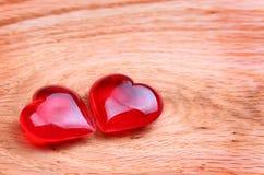 Coeurs rouges sur le fond en bois. Jour de valentines. Macro Photos stock