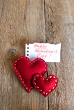 Coeurs rouges sur le fond en bois, le jour de valentine Photos libres de droits