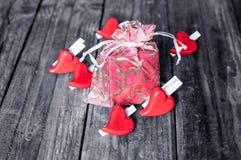 Coeurs rouges sur le fond en bois pour le jour de valentines Photographie stock
