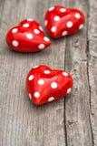 Coeurs rouges sur le fond en bois Rose rouge Image libre de droits