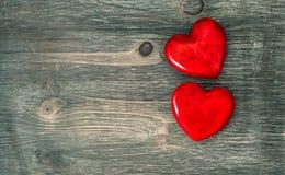 Coeurs rouges sur le fond en bois Rose rouge Images libres de droits