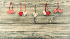 Coeurs rouges sur le fond en bois Rose rouge Rétro type Image libre de droits
